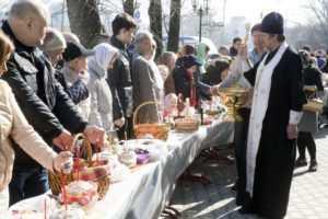 Освящение куличей и пасок в Великую субботу 2014 года.