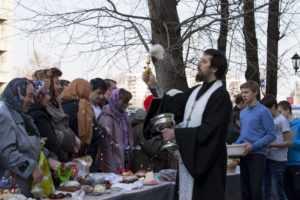 Участие воспитанников нашей воскресной школы в освящении Пасхальной снеди 2014 год.