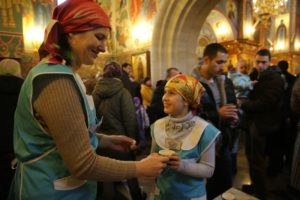 Участие Молодёжного движения в раздаче теплоты (запивочки) на Божественной литургии.