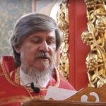 отец Виктор в красном